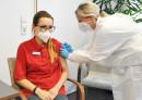 Mitarbeiterin des Seniorenzentrums bei der Impfung