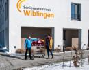 Burkhard Siemoneit übergibt Geschenktüten an Kathrin Gradwohl